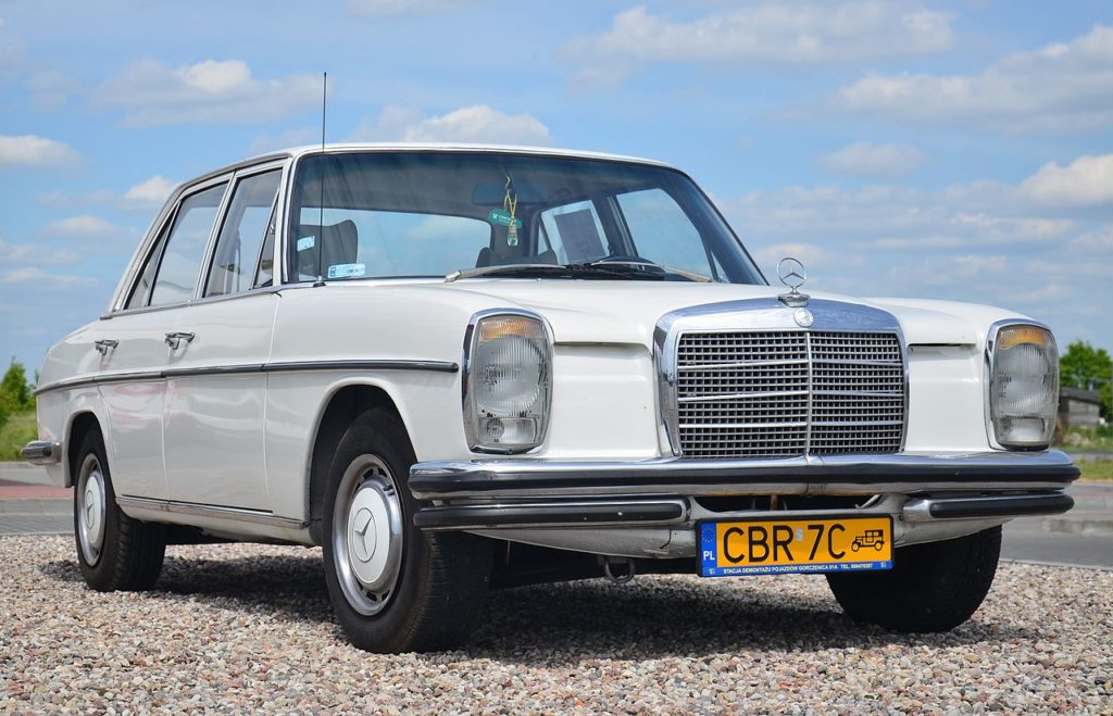Mercedes-Benz_W115_220D_(1973)