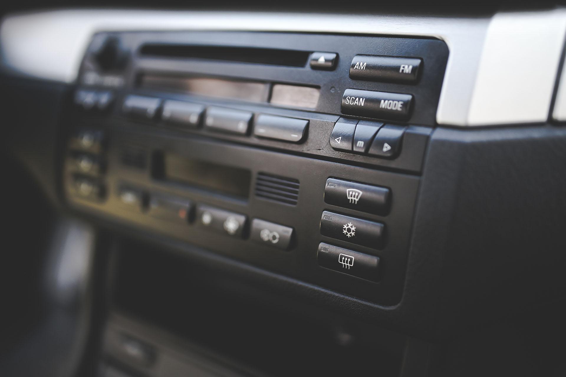 trzeszczenie radia bmw