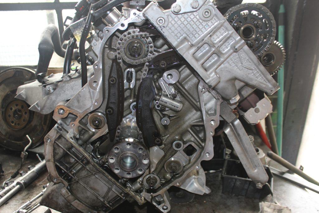 Silnik N47 z widocznym wadliwym napędem rozrządu